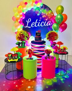 See our tips on how to create a neon decoration for your party or amazing home! And more than 91 wonderful pictures in our gallery for you to inspire. Neon Birthday, 13th Birthday Parties, Birthday Party For Teens, Glow In Dark Party, Glow Party, Neon Party Decorations, Birthday Decorations, Fete Marie, Blacklight Party