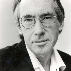 """Ian McEwan Russell CBE FRSA FRSL é um romancista Inglês e roteirista. Em 2008, The Times caracterizou-lo em sua lista de """"Os 50 maiores escritores britânicos desde 1945"""". McEwan iniciou sua carreira escrevendo esparsas, contos góticos. Wikipedia Nascido : 21 de junho de 1948 (67 anos), Aldershot Cônjuge : Annalena McAfee (. M 1997), Penny Allen (m 1982-1995). Influenciado por : Philip Roth , Virginia Woolf , Franz Kafka , John Updike , Saul Bellow"""