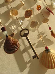 Mobile en bois flotté peint à la main avec coquillages + perles rouges et argentées + clé doré : Décorations murales par tresors-des-baines