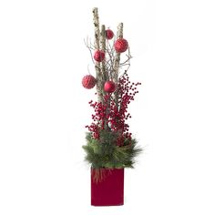 Arrangement illuminé avec bouleau, boules et baies, 5,5'/Red and green illuminated custom made arrangement with birch, balls, berries and fir branches, 5,5'