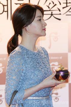 韓国・ソウル(Seoul)の国立国楽院(National Center for Korean Traditional Performing Arts)で開催された「后ヘグム(奚琴)礼賛」と題されたイベントに臨む、女優のイ・ヨンエ(Lee Young-Ae、2014年6月19日撮影)。(c)STARNEWS ▼27Jun2014AFP|イ・ヨンエ、韓国伝統音楽のイベントに出席 http://www.afpbb.com/articles/-/3018974 #Lee_Young_Ae #Lee_Young_Ae #이영애 #李英爱 #李英愛