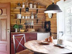 ÅPEN LØSNING: Det vesle kjøkkenet, som også rommer et soverom, har åpne hyller…