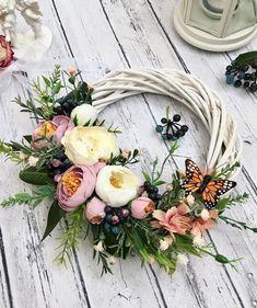 Shabby Chic Wreath, Summer Wreath, How To Make Wreaths, Mesh Wreaths, Flower Crafts, Grapevine Wreath, Floral Arrangements, Floral Design, Floral Wreath