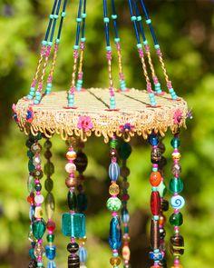 Boho Wohnkultur Windspiele, bunten Perlen Mobile mit Messing-Glocken, Sonnenfänger, böhmische Dekor, Hippie-Stil Dekor, Windspiel, wulstige Mobile mit Messing-Glocken Dieses Mobile besteht aus runden Holzoberfläche bezogen mit Stoff, Pompons und Stickerei. Die Stränge bestehen aus