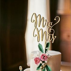 Wedding Cake Topper (Beautiful Wooden /Cursive/Rustic Theme /Mr & Mrs) Feature: - Simple and elegant - Great for wedding or anniversary cake. - Decoration on the main cake or the center piece of cupca