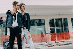 La Fashion Week printemps-été 2016 de Milan bat son plein, découvrez les meilleurs looks pris sur le vif à la sortie des défilés. Photos par Dan Roberts.