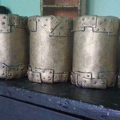 Portalápices estilo steampunk. Hechos a mano a con latas de conservas, goma eva y pintura. Son parte de un proyecto más grande