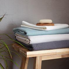 Zwei Oberflächen, ein tolles Hautgefühl. Für unser Handtuch Sintra verarbeiten unsere erfahrenen Partner in Portugal beste Baumwolle. Während eine Seite in Waffelpiqué begeistert, ist die zweite Seite in weichem Frottee gearbeitet. So ist die Kollektion saugfähig und stilvoll zugleich.