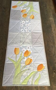January tulips❄️☃️🌨January tulips❄️☃️🌨I love the colors. Cheering crochet pattern for table runners, summer hom . Cheering crochet pattern for table runners, summer home accessories, DIY table Patchwork Table Runner, Table Runner And Placemats, Quilted Table Runners, Table Runner Tutorial, Table Runner Pattern, Small Quilt Projects, Quilting Projects, Small Quilts, Mini Quilts