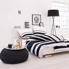 Damit liegt man immer richtig! Mit Blockstreifen in Schwarz und Weiß: Satinbettwäsche aus 100 % Baumwolle.