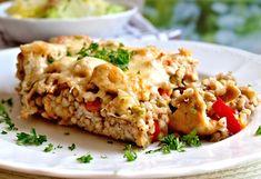 Uvaření pohanka zapečené v zapékací misce spolu se restovaným masem a zeleninou. Směs zasyspaná před zapékáním nastrouhaným tvrdým sýrem.