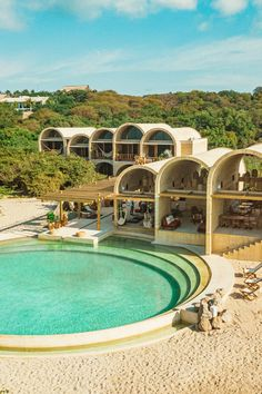 Casona Sforza est situé dans la ville côtière de l'État mexicain d'Oaxaca. L'hôtel a été conçu par l'entrepreneur Ezqueiel Ayarza Sforza, qui a travaillé avec l'architecte de Mexico, Alberto Kalach de TAX Architects. « Le processus a nécessité des années d'inspiration, de planification, de croquis et de modifications successives », a déclaré l'équipe. L'hôtel – qui propose 11 suites, un bar et un restaurant – est situé sur un site de 4500 mètres carrés qui fait face à l'océan. La propriété… Cabinet D Architecture, Hotel Architecture, Australian Architecture, Unique Architecture, Mexico Destinations, Mexico Resorts, Hotel Boheme, Puerto Escondido Oaxaca, Brick Arch