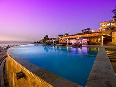 Encante-se com as áreas externas de alguns grandes hotéis de luxo do mundo que aliam a paisagem natural com a construção arquitetônica, através de piscinas de borda infinita.