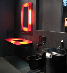 33 dunkle Badezimmer Design Ideen - dunkle badezimmer design lichtakzente komplett schwarz modern bathroom minimalistic look
