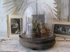 Antikes Bauernhaus Glas Kuppel Cloche und Holz Basis