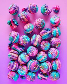 Maybe it's because I'm an illustrator, but snacks that look magical and just like they were illustrated always get my heart. On the other hand, who doesn't like fancy snacks, right? Look at these colorful treats! Kreative Desserts, Colorful Desserts, Cute Baking, Delicious Desserts, Yummy Food, Macaron Cookies, Unicorn Foods, Macaroon Recipes, Rainbow Food