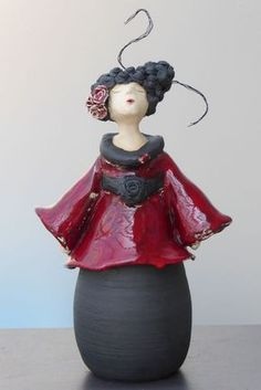 Arlette Carrein - Steengoed Ceramic Figures, Clay Figures, Pottery Sculpture, Sculpture Clay, Paper Mache Crafts, Clay Crafts, Motifs Textiles, Pottery Handbuilding, Sculptures Céramiques