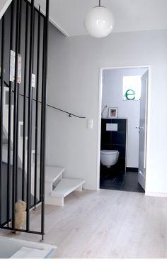 Tür weiß, Wand helles grau
