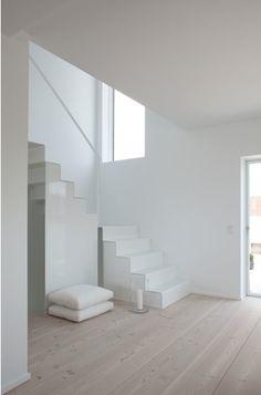 Escaliers blanc avec notre couleur de plancher
