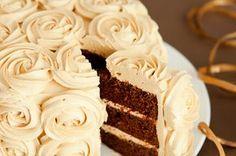 Layer Cake de chocolate y caramelo.   No miento si digo que la decoración es sumamente sencilla. I am baker muestra en un vídeo cómo la decora ella en tan solo cuatro minutos. Y es cierto que no se necesita más tiempo. El secreto de la decoración es solo uno: la boquilla 1M de Wilton, que hace rosas con la misma facilidad que [...]