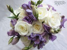 Arbolande: El ramo de Irene: me encanta el morado. Ramo de novia de rosas blancas y lisianthus y feesias color lila.