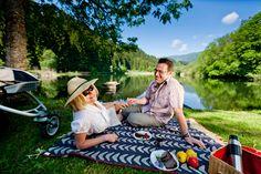 So genießt man den Urlaub in der Region #Murau-Kreischberg. - Bei einem Picknick am Leonhardi-Teich. (c) TVB Murau-Kreischberg, ikarus.cc Picnic Blanket, Outdoor Blanket, Berg, Water Pond, Vacations, Picnic Quilt