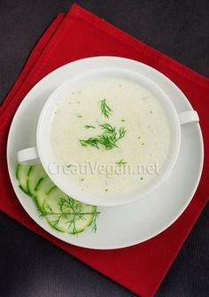 Una sopa bien fría, muy fácil de preparar, en sólo 10 minutos y con ingredientes muy fáciles de encontrar, como pepino, leche de coco, perejil y eneldo. Cunde mucho y sale muy barata.