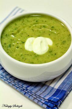 Cukinia to warzywo bardzo delikatne w smaku. Przygotowując tą zupę miałam obawy, że będzie mało wyrazista, dlatego nie żałowałam soli i pie...