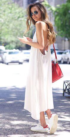 รองเท้าผ้าใบสีขาว Isabel Marant, เดรสสีขาว Chan Luu, กระเป๋า Celine, แว่นตากันแดด Ray Ban