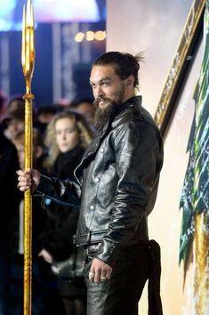 Jason Momoa attends the World Premiere of 'Aquaman' at Cineworld Leicester Square on November 2018 in London, England. Jason Momoa Aquaman, Batman Begins, Jason Moma, Lisa Bonet, Summertime Sadness, Dc Characters, Big Men, Baby Daddy, Moda Masculina
