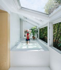 This giant window-side bath tub disguises a secret room in this converted attic apartment by Gon Architects. This giant window-side bath tub disguises a secret room in this converted attic apartment by Gon Architects. Zen Bathroom, Diy Bathroom Decor, Modern Bathroom, Madrid Apartment, Attic Apartment, Houses Architecture, Interior Decorating, Interior Design, Ikea Interior