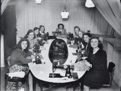23 maart 1948 - Vrouwen zijn aan het werk in het naaiatelier van modehuis 'Libelle' op de Javastraat 67 in Amsterdam.