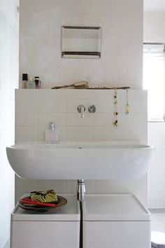Large sink and dirty clothes bins under sink. Like shelf created also. Tile bottom paint or wallpaper top. Large Bathroom Sink, Cosy Bathroom, Family Bathroom, Modern Bathroom, Bathroom Interior Design, Interior Decorating, Interior Modern, Floating Sink, Deep Soaking Tub