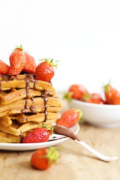 Vegan and gluten-free waffles (quick and easy recipe! Foods With Gluten, Gluten Free Desserts, Vegan Desserts, Raw Food Recipes, Sweet Recipes, Sin Gluten, Vegan Thermomix, Bio Food, Good Morning Breakfast
