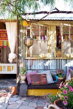 EN MI ESPACIO VITAL: Muebles Recuperados y Decoración Vintage: Un jardín con caravana hippie { A garden with a hippie caravan }