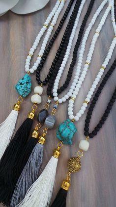 Borla con cuentas negro largo collar con la piedra preciosa jade. Collar largo…