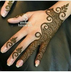 Simple Mehendi designs to kick start the ceremonial fun. If complex & elaborate henna patterns are a bit too much for you, then check out these simple Mehendi designs. Mehndi Designs For Girls, Henna Art Designs, Mehndi Designs For Beginners, Mehndi Designs 2018, Mehndi Designs For Fingers, Modern Mehndi Designs, Mehndi Design Pictures, Arabic Mehndi Designs, Mehndi Patterns