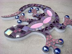 Gecko Lizard Mosaic Garden Ornament, Wall Plaque, Hanging decoration, by FunkyMosaicsUK on Etsy Mosaic Rocks, Mosaic Glass, Mosaic Tiles, Glass Art, Mosaics, Stained Glass, Mosaic Crafts, Mosaic Projects, Mosaic Garden Art