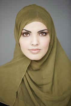 """""""Bij V & D, Claudia Sträter, Hout-Brox en Bijenkorf kan je mooie sjaals kopen die je als hoofddoek kunt gebruiken."""" #hoofddoek #hijab http://www.hoofdboek.com/"""