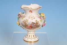 """""""Courtly couple in an idyllic setting"""" - Historical Meissen 1860-1924 - Spherical body with short neck and gilt-embellished rocaille-type lip on circular, gilt-ornamented foot. Sides sprigged with floral garlands. On obverse, scene of """"courtly couples in an idyllic setting"""" in the manner of Antoine Watteau. On reverse, authentic-looking, colourfully enamelled """"bouquet of flowers""""."""