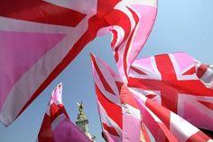 Fin avril, devant Buckingham Palace, les drapeaux britanniques étaient roses