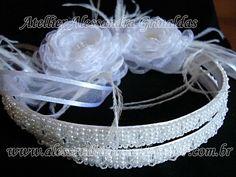 Tiara em cetim bordada em pérolas brancas com mini cristais swarovski . Acompanha duas flores a sua escolha. Opção na cor nude (OFF WHITE)  e pérola. Confeccionamos coloridas também. Tem 1 cm de largura. R$220,00