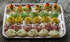 Platou Crispy Crostini Crostini, Catering, Sushi, Restaurant, Ethnic Recipes, Desserts, Food, Tailgate Desserts, Deserts