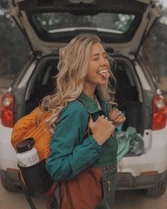 June is going to be a month FULL of travel 🌞 I will be exploring 10 different states 🧡🙌🏻 This car and I are about to spend A LOT of quality time together 🗺🚌🙈 What is your favorite road trip snack? Mountain Hiking Outfit, Cute Hiking Outfit, Summer Hiking Outfit, Outfit Winter, Summer Shorts, Camping Outfits, Teenager Winter Outfits, Mode Plein Air, Sta Rita