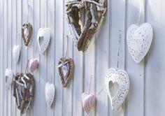 Stylingtip voor je terras: hang hartjes in diverse kleuren en materialen bij elkaar voor een landelijk romantisch tintje #leenbakker #terrasideeen