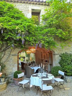 Provence // al fresco under wisteria Outdoor Rooms, Outdoor Dining, Outdoor Gardens, Outdoor Decor, Provence France, Provence Style, French Countryside, French Country Style, Country Life