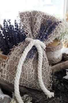 Μπομπονιέρα Atelier Zolotas διακοσμημένη με κορδόνι και λεβάντα.