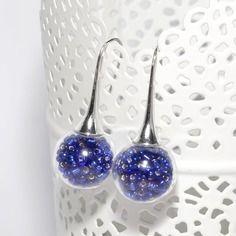 Boucles d'oreilles globes verre remplies de perles bleues