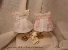 Handmade, Todas  las ropitas están  realizadas  a mano. Para  bebés miniaturas  a escala  1.12  Podréis   ver todos  mis trabajos  en  mi blog, página  de   facebook y tambien  tienda Etsy..   * http://elpetitmondelalluna.blogspot.com ** https://www.facebook.com