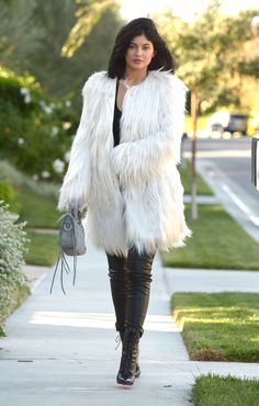 Bundled Up from Kylie Jenner's Street Style The youngest Kardashian star opts for a white faux fur Guess coat and a pair of black Marciano leather leggings. Kylie Jenner Dress, Kylie Jenner Style, Kendall And Kylie Jenner, Kardashian Style, Kardashian Fashion, Teen Vogue, Fur Fashion, Inevitable, Celebrity Style